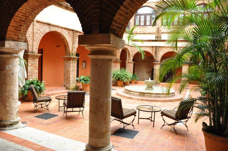 Patios Interiores del Hotel Hodelpa Nicolas de Ovando