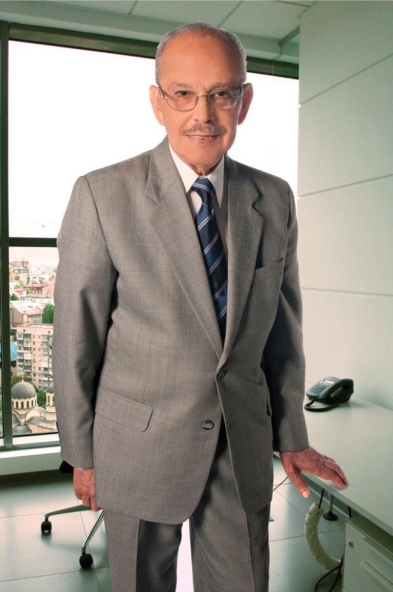 Retrato a periodista Molina Morillo por fotografo Gregdotel