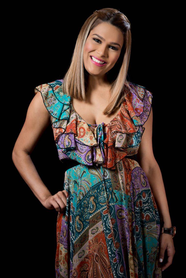 Retrato de fotos a Caroline Aquino en los estudios de Telemicro canal 5 en Santo Domingo