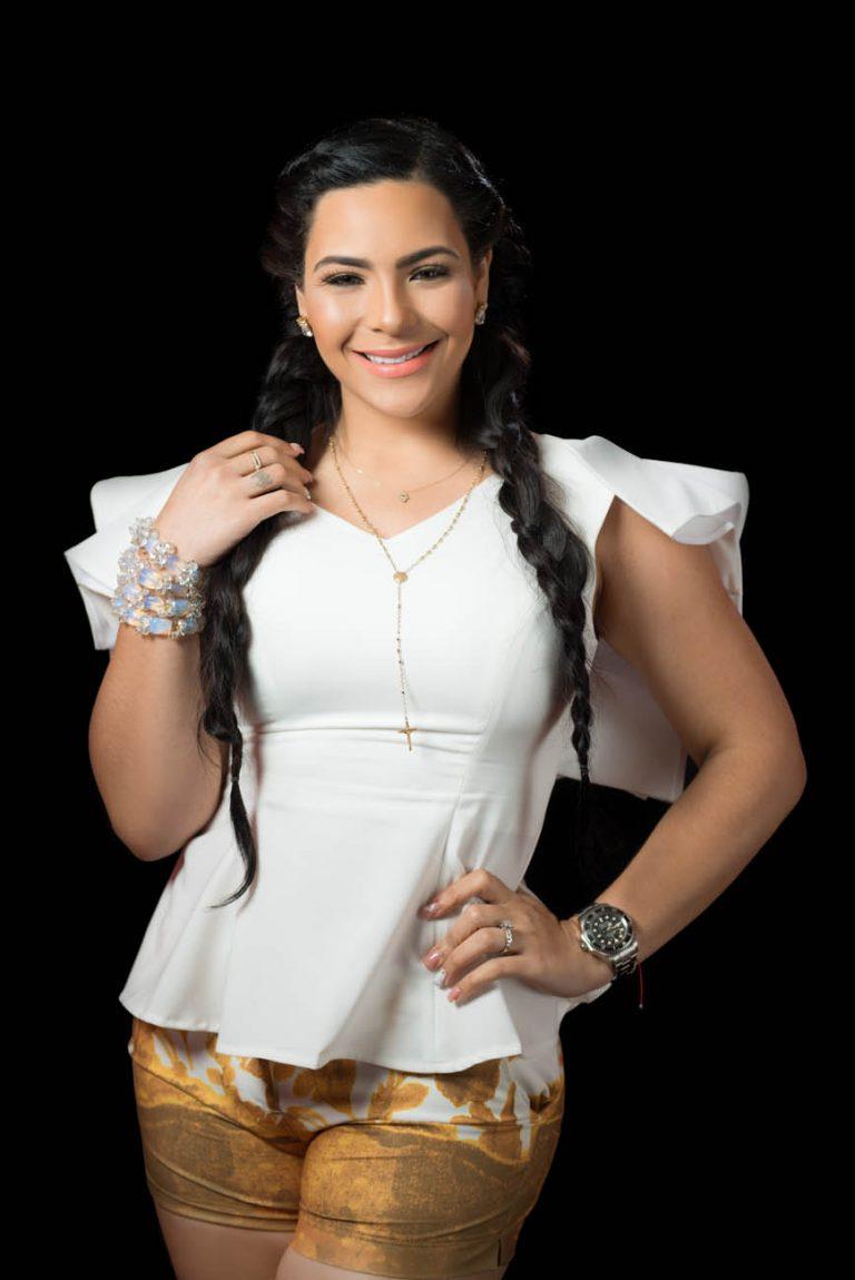 Retrato de fotos a Sandra Berrocal en los estudios de Telemicro canal 5 en Santo Domingo