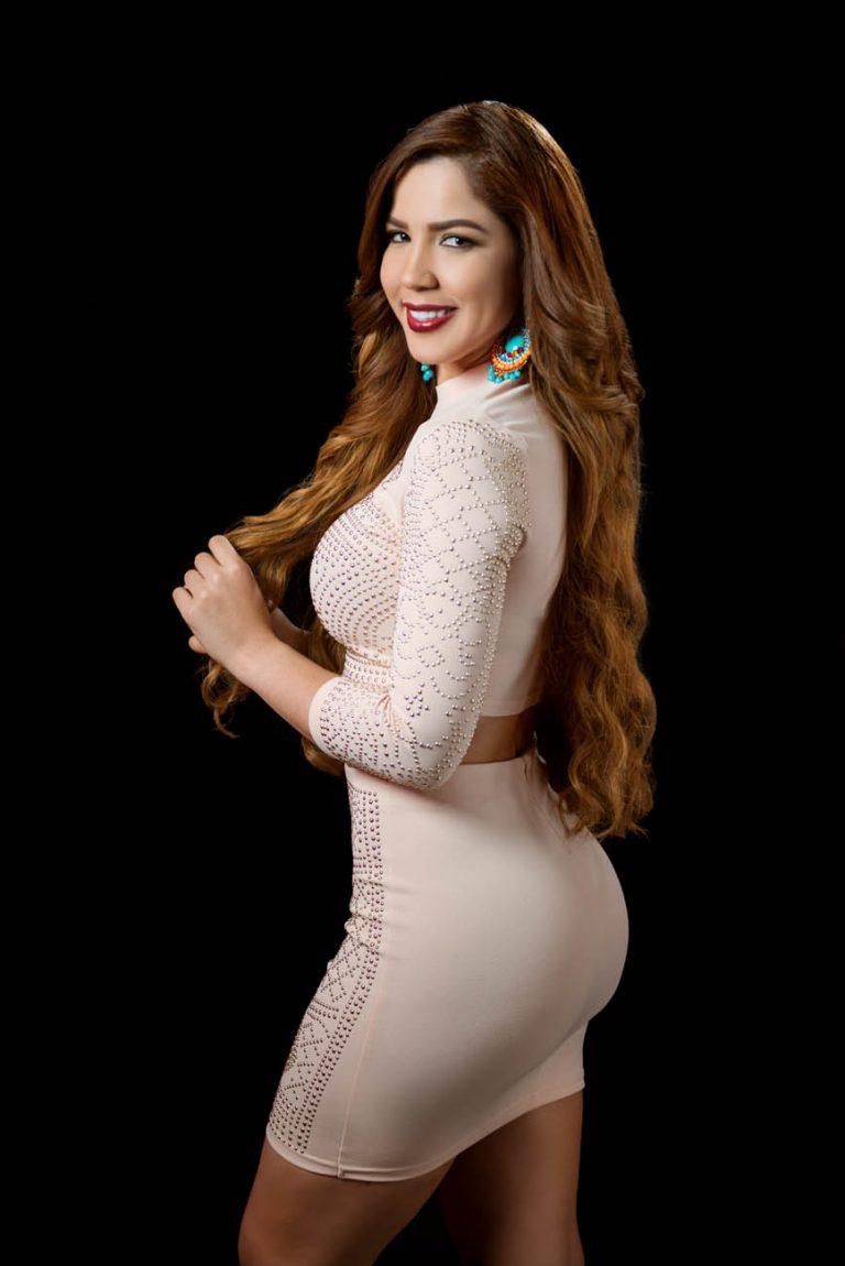 Retrato de fotos a Yubelkys Peralta en los estudios de Telemicro canal 5 en Santo Domingo