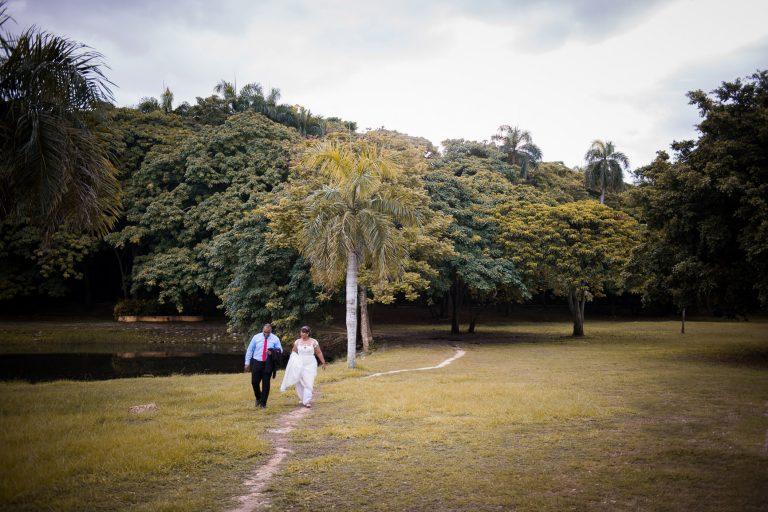 Sesion de novios preboda en el parque mirador norte de Santo Domingo, Republica Dominicana