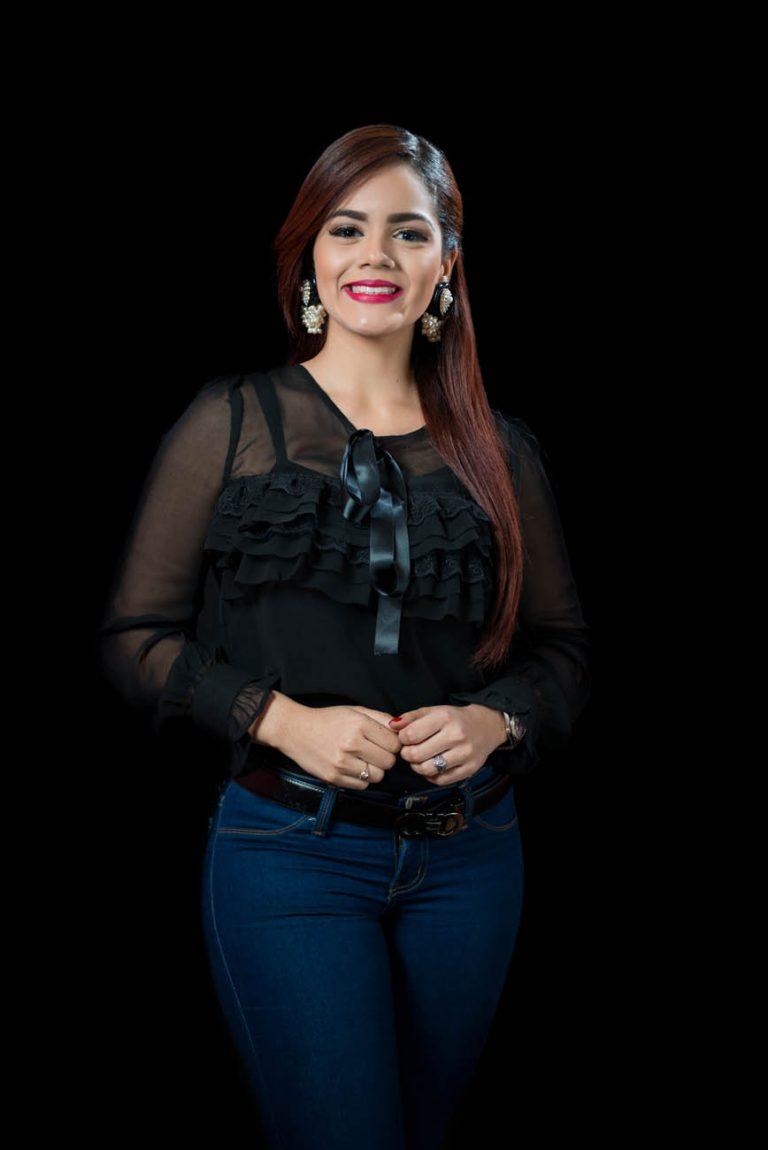 Retrato de fotos a Dannelis Veras en los estudios de Telemicro canal 5 en Santo Domingo