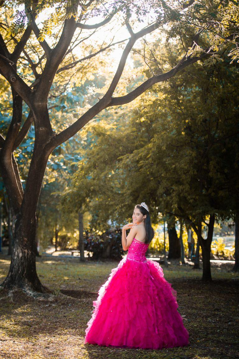 Sesión de fotos de quinceañera a Larymar en el Parque Mirador Sur de Santo Domingo, República Dominicana