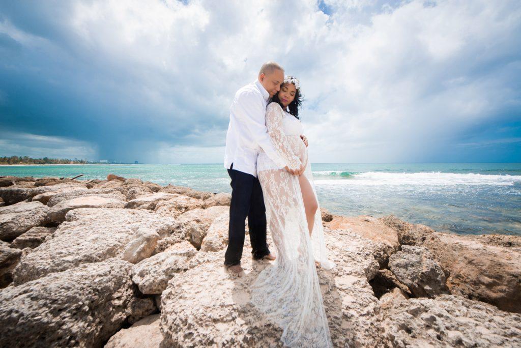 Sesion de fotos del embarazo de Yandra en la playa de Juan Dolio por el fotografo dominicano en la Republica Dominicana